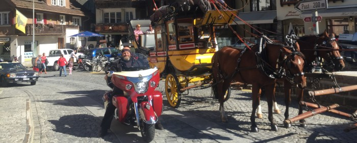 Treffen der Generationen. Gotthard-Postkutsche & Indian Roadmaster in Andermatt