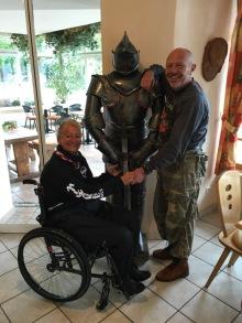 Tina und Stephan mit ihrem eisernen Freund im Restaurant Haidepark in Mals im Vinschgau, Italien.