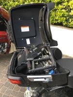 Der zusammenklappbare Stuhl der Marke ProActive Traveler im Top-Case der Harley-Davidson Roadglide Ultra