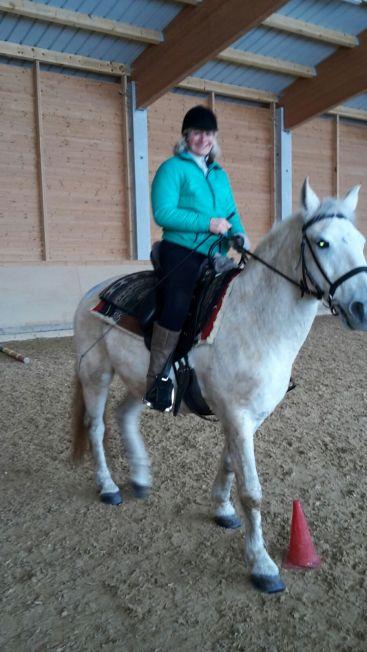 Tina mit Spezialsatter auf ihrem Pferd