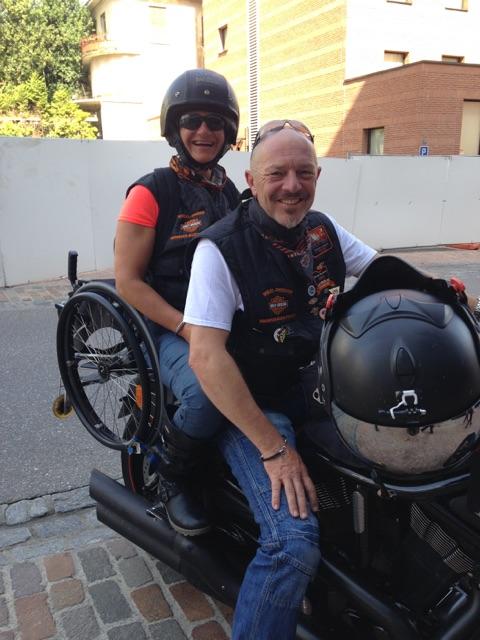 Tina & Stephan mit Rollstuhl auf einer Indian Nightrod Special!