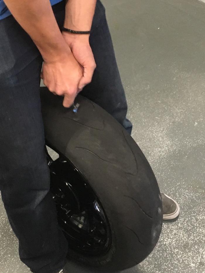 Der Umgang mit dem Reifen-Reparaturkit benötigt ziemlich Kraft und Geschick!