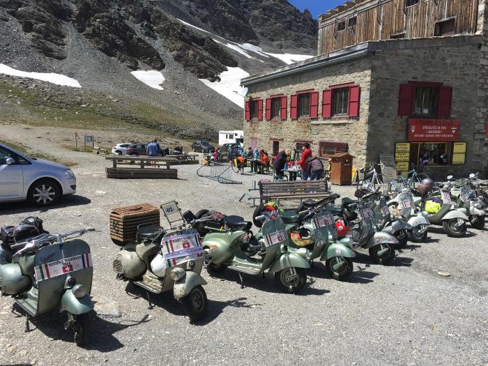 Internationales Vespatreffen auf dem Col de l'Iseran, angetroffen währed meiner Route des Grandes Alpes!