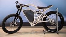 Das in 3D-Druck hergestellte Elektromotorrad ist durch seine Skelettstruktur besonders leicht. (Quelle: dpa)