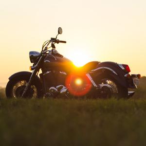 motorrad_im_sonnenuntergang